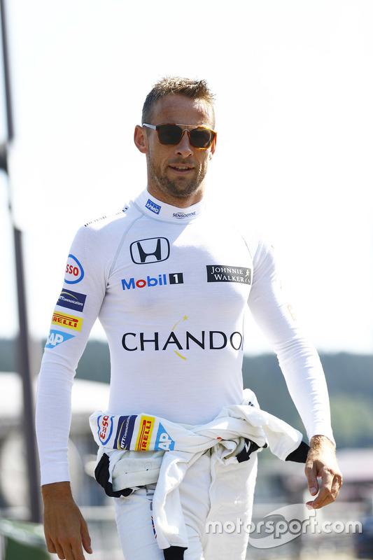 Jenson Button, McLaren cammina nel paddock