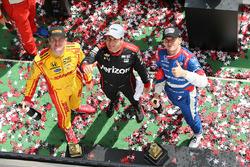 Подиум: победитель гонки - Уилл Пауэр, Team Penske Chevrolet, второе место - Михаил Алешин, Schmidt