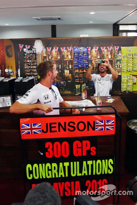 Jenson Button, McLaren Honda, feiert seinen 300. Grand Prix mit Fernando Alonso, McLaren Honda