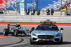 Нико Росберг, Mercedes AMG F1 Team W07 за машиной безопасности