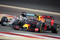 Daniil Kvyat, Red Bull Racing RB12 and Lewis Hamilton, Mercedes AMG F1 W07 Hybrid battle for position