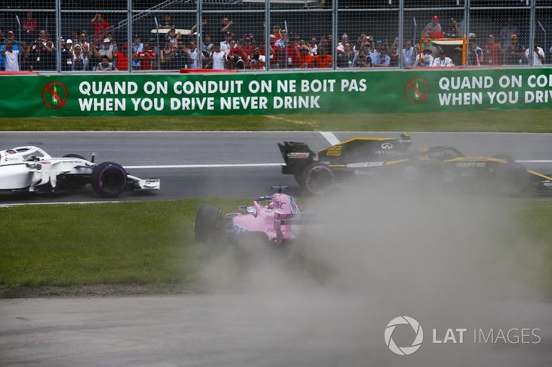 Sergio Perez, Force India VJM11, traverse l'herbe après un contact avec Carlos Sainz Jr., Renault Sport F1 Team R.S. 18