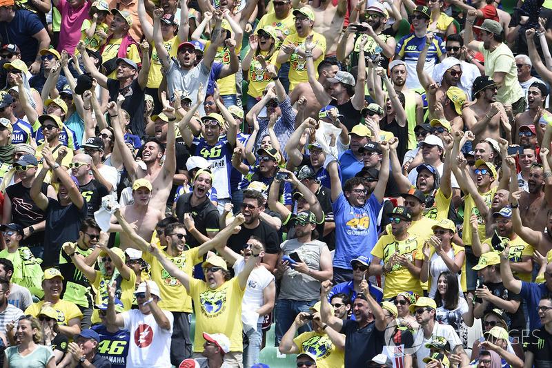 Fans de Rossi tras la caída de Márquez