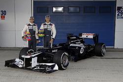 Bruno Senna y Pastor Maldonado posan con el nuevo Williams FW34