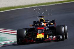 Max Verstappen, Red Bull Racing RB14, met vonken