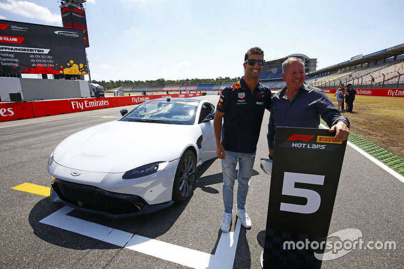 Daniel Ricciardo, Red Bull Racing, and Martin Brundle berpose di depan Aston Martin DB11 untuk sesi Pirelli Hot laps