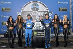 Il vincitore della gara Kevin Harvick, Stewart-Haas Racing, Ford Fusion, il crew chief Rodney Childers