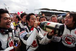 Honda team viert met champagne