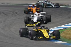 Carlos Sainz Jr., Renault Sport F1 Team R.S. 18, delante de Charles Leclerc, Sauber C37, y Fernando Alonso, McLaren MCL33