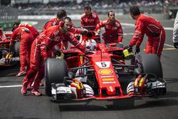 Sebastian Vettel, Ferrari SF70H, Ferrari mechanics