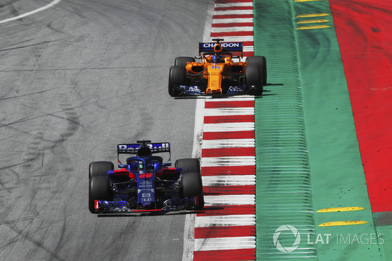 Brendon Hartley, Toro Rosso STR13, leads Fernando Alonso, McLaren MCL33, to the grid