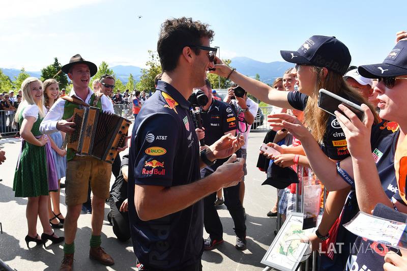 Daniel Ricciardo, Red Bull Racing fans selfie