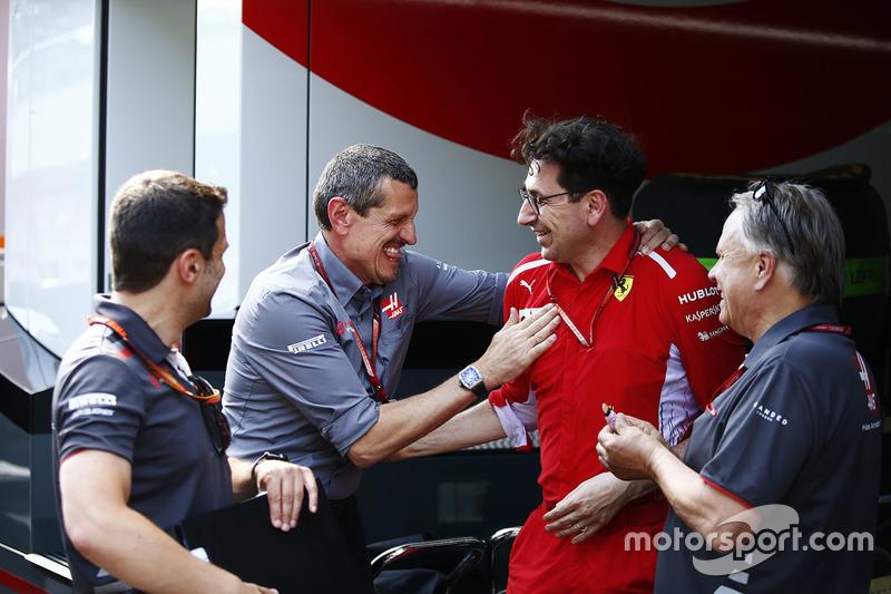 Guenther Steiner, Team Principal, Haas F1, riceve le congratulazioni di Gene Haas, proprietario del Team Haas F1, e Mattia Binotto, Chief Technical Officer, Ferrari
