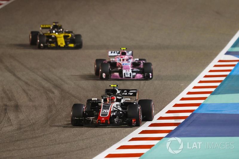 Kevin Magnussen, Haas F1 Team VF-18 Ferrari, leads Esteban Ocon, Force India VJM11 Mercedes, and Nic