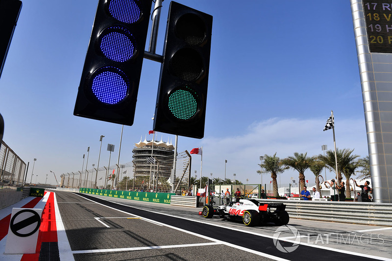 Kevin Magnussen, Haas F1 Team VF-18 and pit lane lights