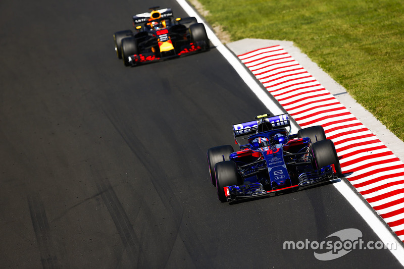 Pierre Gasly, Toro Rosso STR13, y Daniel Ricciardo, Red Bull Racing RB14