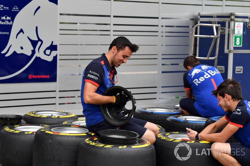 Mécaniciens Toro Rosso avec des pneus Pirelli