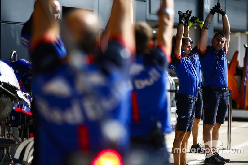 Esercizi di stretching per i meccanici Toro Rosso