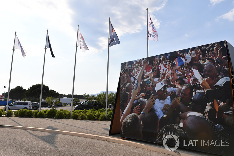 Banderas y un cartel de Lewis Hamilton, Mercedes-AMG F1