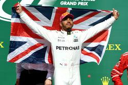 Il vincitore della gara Lewis Hamilton, Mercedes AMG F1 festeggia sul podio con la bandiera britannica