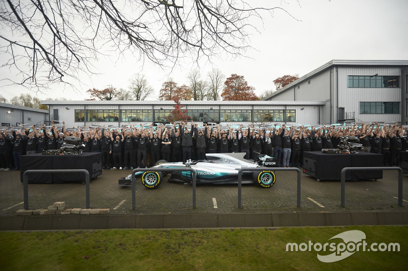 Niki Lauda, président non exécutif Mercedes AMG F1,   Lewis Hamilton, Mercedes AMG F1, Toto Wolff, directeur exécutif Mercedes AMG F1, avec tous les membres de l'équipe