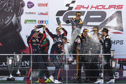 المنصة: الفائز في السباق رقم 16 بلاك فالكون مرسيدس: أوليفر مورلاي، ميغيل توريل، ماكسيميليان غوتز، ما