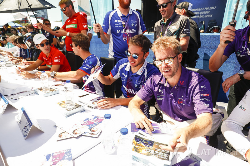 Sam Bird, DS Virgin Racing, and Robin Frijns, Amlin Andretti Formula E Team, firma autógrafos para los fans