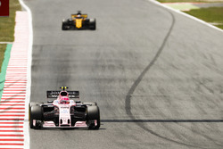 Esteban Ocon, Sahara Force India F1 VJM10; Nico Hülkenberg, Renault Sport F1 Team RS17