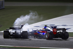 Carlos Sainz Jr., Scuderia Toro Rosso STR12, collides with Lance Stroll, Williams FW40