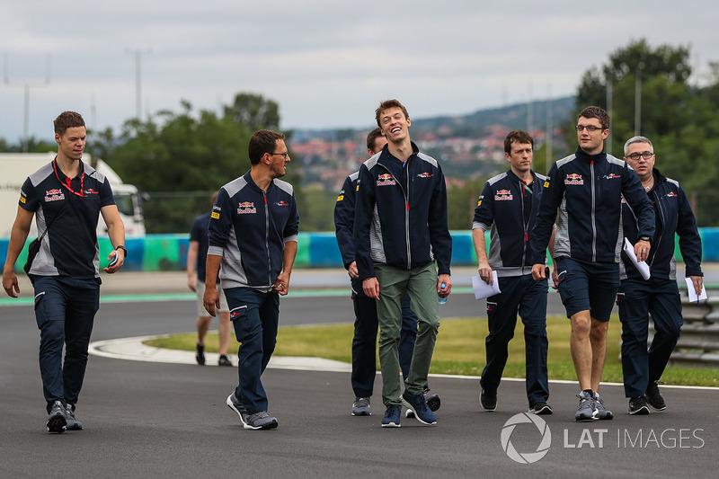 Daniil Kvyat, Scuderia Toro Rosso STR12 camina en la pista