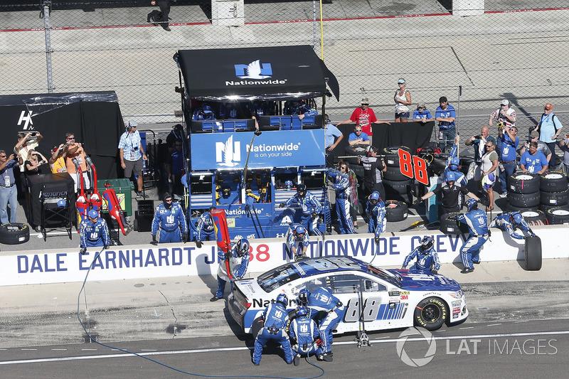 Dale Earnhardt Jr., Hendrick Motorsports Chevrolet pit stop