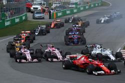 Kimi Raikkonen, Ferrari SF70H, Sergio Perez, Sahara Force India VJM10 y Esteban Ocon, Sahara Force India VJM10