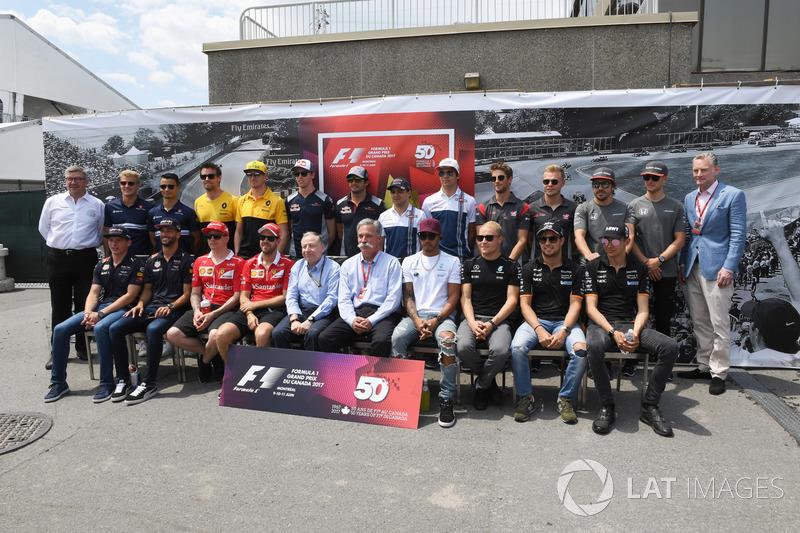 Gruppenfoto: Die Formel-1-Fahrer 2017 mit Ross Brawn, Jean Todt, Chasey Carey und Sean Bratches