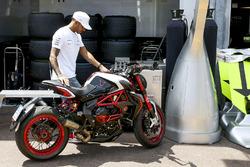 Lewis Hamilton, Mercedes AMG F1, et sa moto
