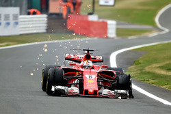 Sebastian Vettel, Ferrari SF70H, pneumatico anteriore delaminato
