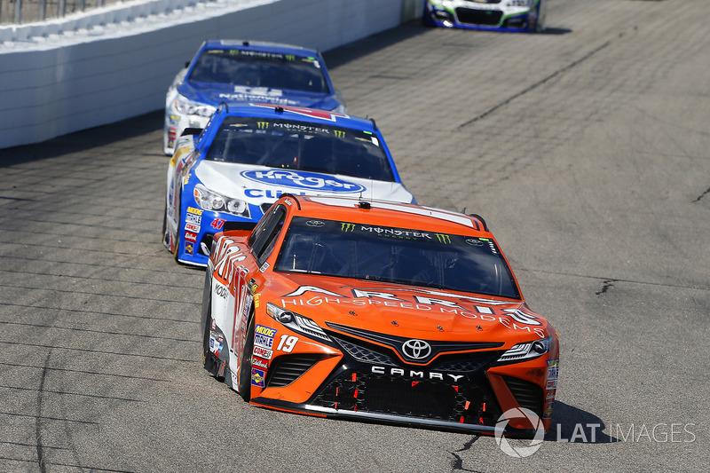 Daniel Suárez, Joe Gibbs Racing Toyota, A.J. Allmendinger, JTG Daugherty Racing Chevrolet