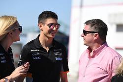 Esteban Ocon, Sahara Force India F1 y David Croft, Sky TV en el evento de Hype Energy Drink