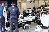 Williams mechanics prepare a new chassis for Felipe Massa, Williams