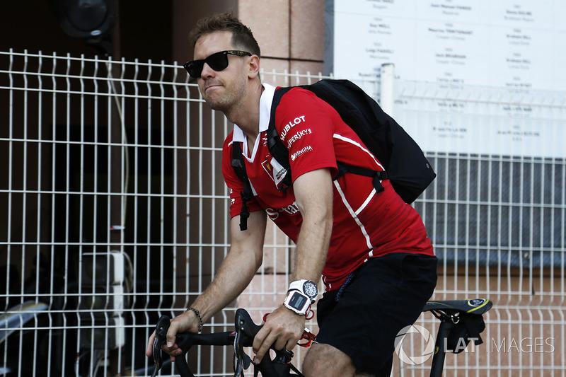 Себастьян Феттель на велосипеде