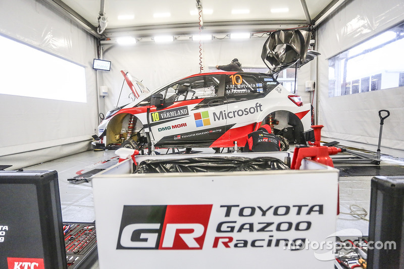 Coche de Jari-Matti Latvala, Miikka Anttila, Toyota Yaris WRC, Toyota Racing en el garaje