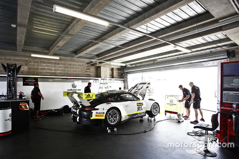 Garaje de #911 Walkinshaw GT3, Porsche 911 GT3 R: Earl Bamber, Kevin Estre, Laurens Vanthoor