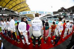 Fernando Alonso, McLaren, Nico Hulkenberg, Renault Sport F1 Team, Daniel Ricciardo, Red Bull Racing, y el resto de los plotos ante el himno nacional de Malasia.