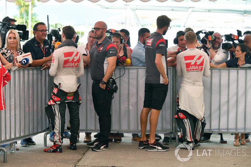 Romain Grosjean, Haas F1 Team and Kevin Magnussen, Haas F1 Team talk, the media