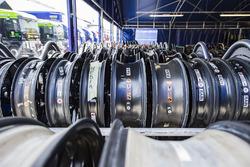 Des roues en attente de recevoir des pneus Michelin