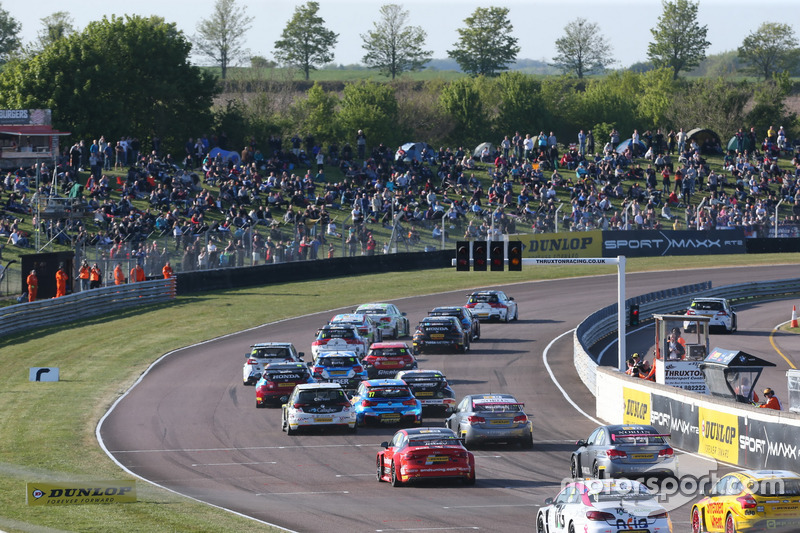 Start, Colin Turkington, West Surrey Racing BMW 125i M Sport leads