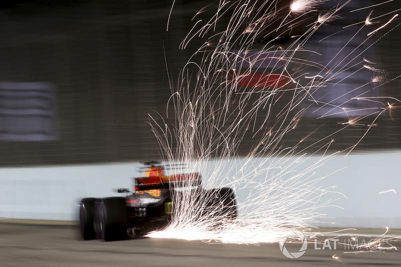 Chispas de la parte posterior del coche de Daniel Ricciardo, Red Bull Racing RB13