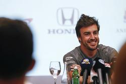 Fernando Alonso nyilatkozik a médiának