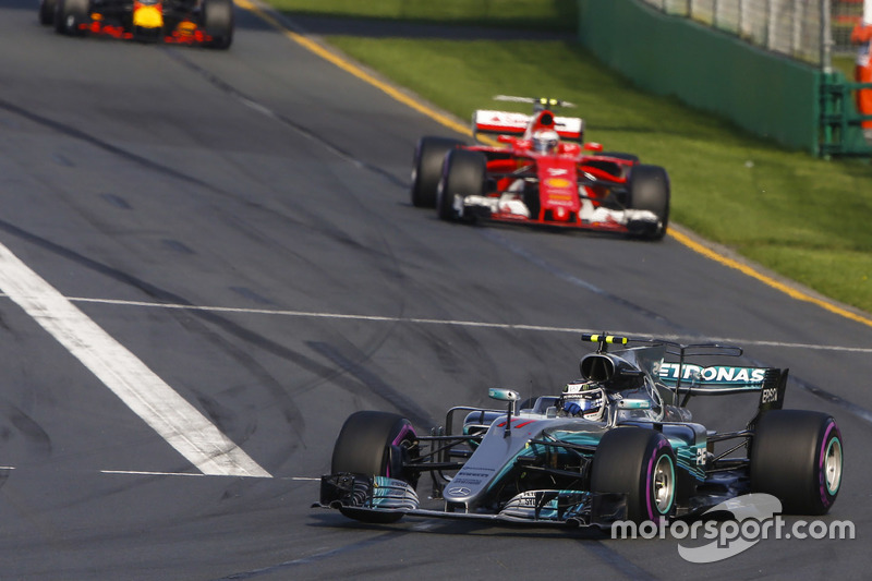 Valtteri Bottas, Mercedes AMG F1 W08, Kimi Raikkonen, Ferrari SF70H y Max Verstappen, Red Bull Racin
