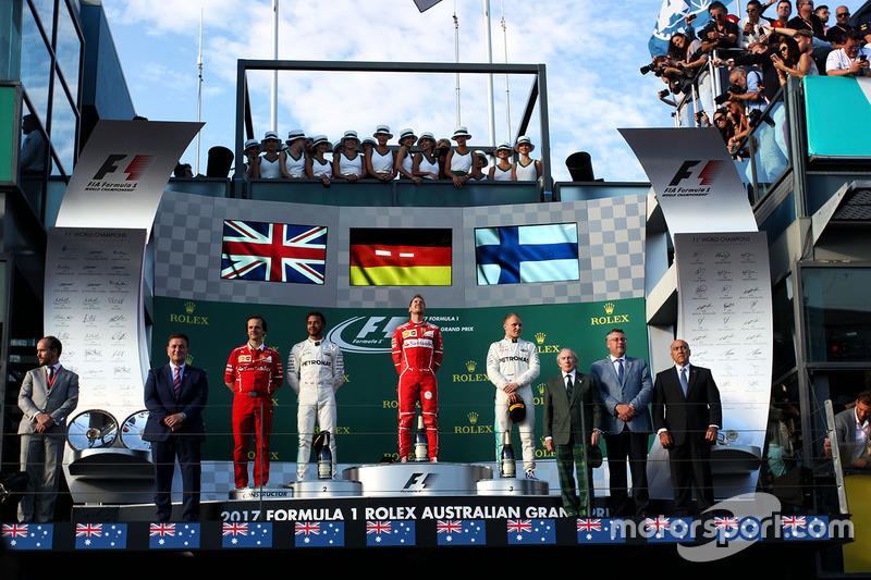 Podium : le vainqueur Sebastian Vettel, Ferrari, le deuxième, Lewis Hamilton, Mercedes AMG F1, le troisième, Valtteri Bottas, Mercedes AMG F1