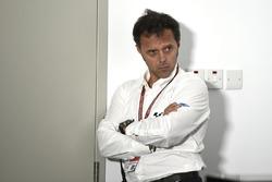 Лоріс Капіроссі слухає, що говорять гонщики на прес-конфренції